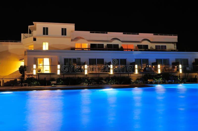 Lado de la piscina de la noche del hotel imagen de archivo