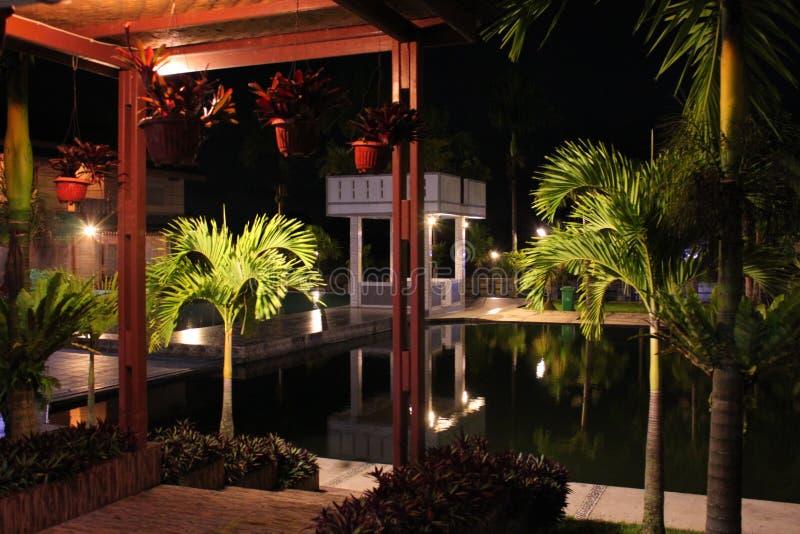 Lado de la piscina en la noche foto de archivo