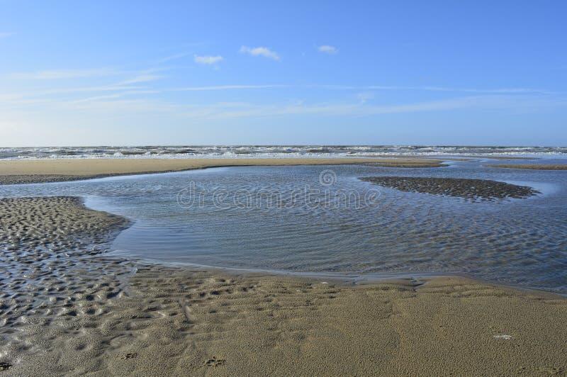 Lado de mar con el lago y el cielo azul imagen de archivo