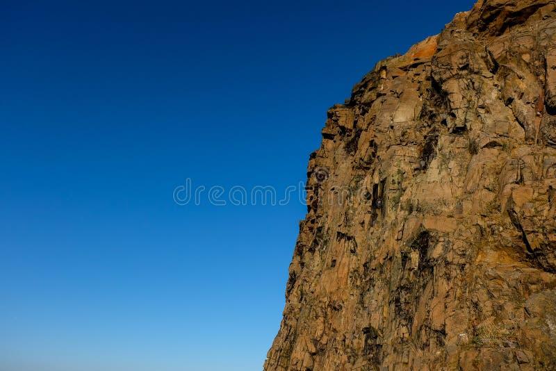 Lado de Rocky Mountain con el cielo azul brillante en el fondo fotos de archivo libres de regalías