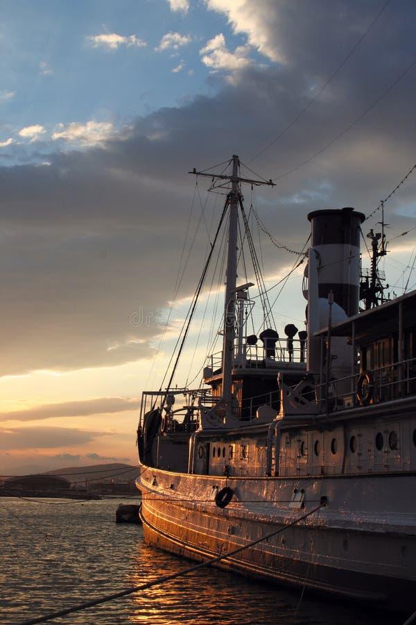 Lado de um barco velho no por do sol imagens de stock royalty free