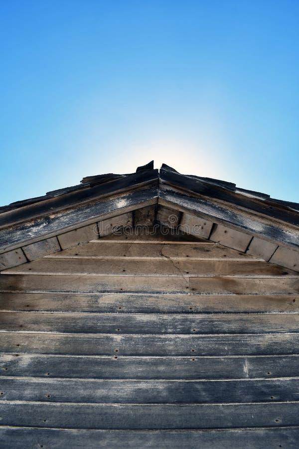 Lado de um celeiro com luz imagens de stock