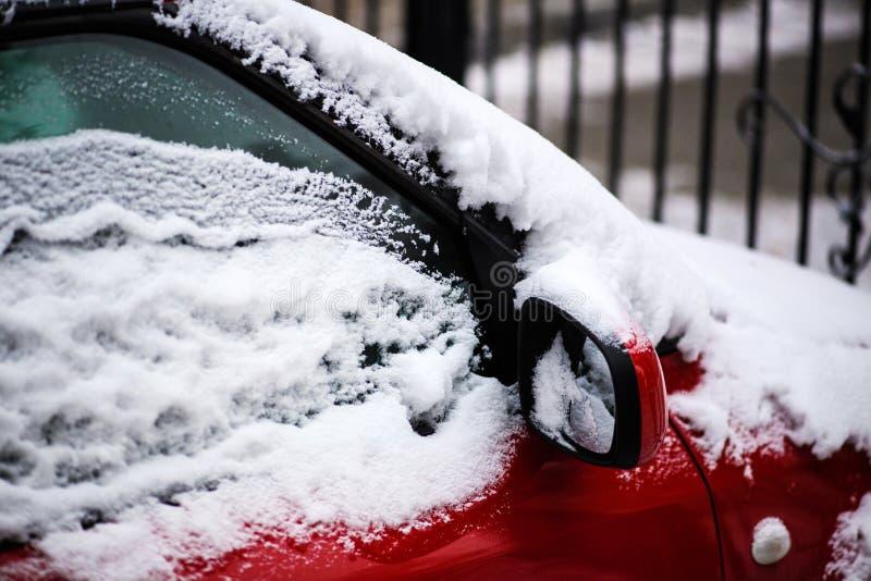 Lado de un coche congelado por una ma?ana fr?a del invierno imágenes de archivo libres de regalías