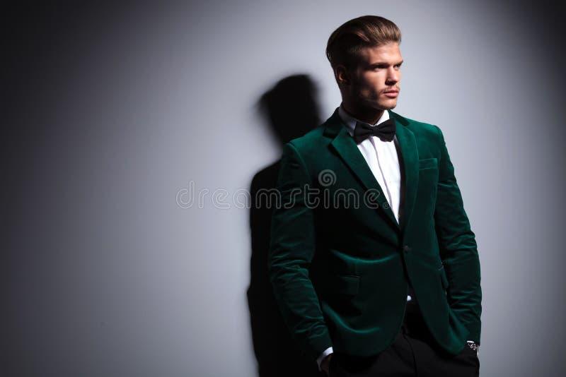 Lado de un hombre en traje elegante del terciopelo verde imagen de archivo libre de regalías