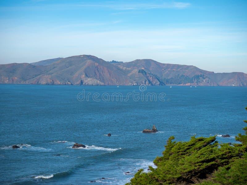 Lado do penhasco com os céus claros que negligenciam a área da baía de Marín imagem de stock royalty free