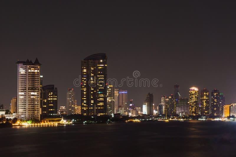 Lado do rio da arquitetura da cidade de Banguecoque na noite fotos de stock royalty free