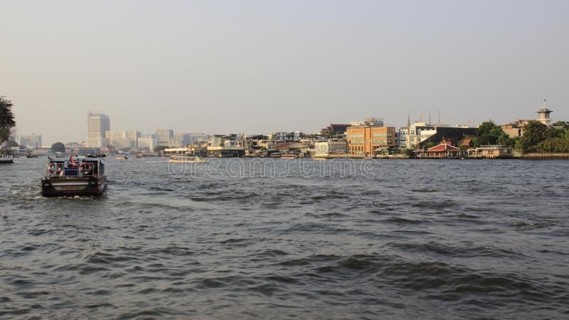 Lado do rio e opinião da cidade de Banguecoque com poluição atmosférica foto de stock royalty free