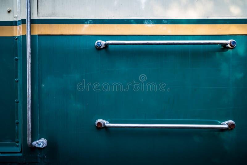 Lado do trem com punhos de prata imagens de stock