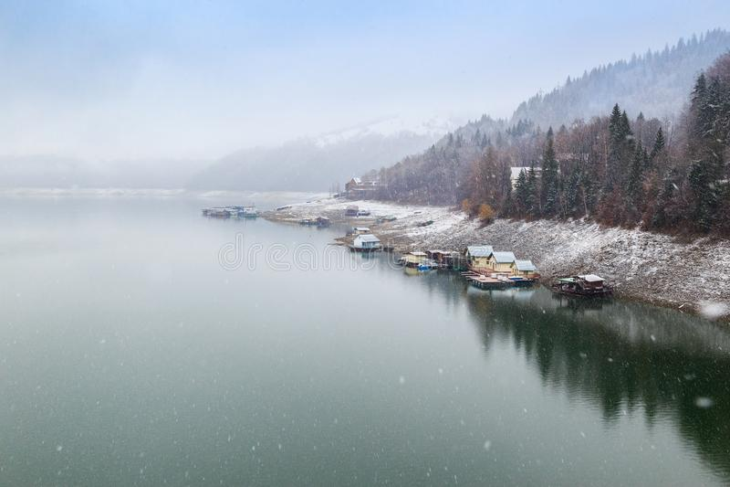 Lado en la presa de Izvorul Muntelui, Rumania del lago Bicaz, en día de invierno imagen de archivo