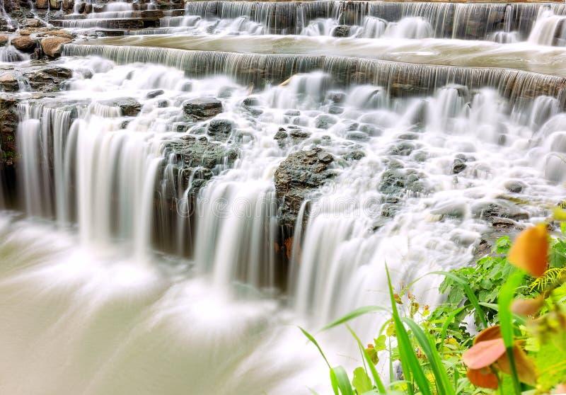 Lado gradual del acantilado de la cascada imagen de archivo libre de regalías