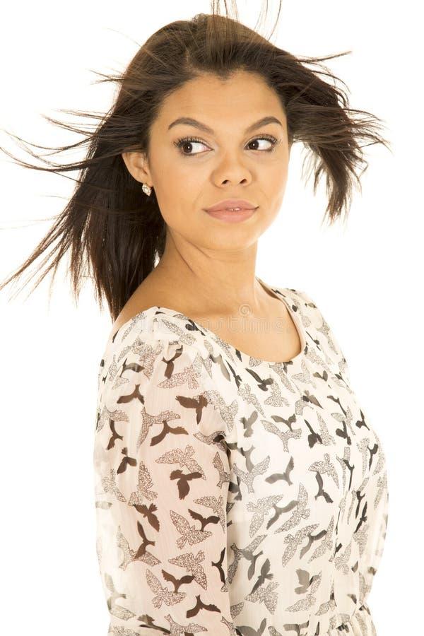 Lado hawaiano de la mirada del pelo del soplo del vestido del pájaro de la mujer fotos de archivo libres de regalías