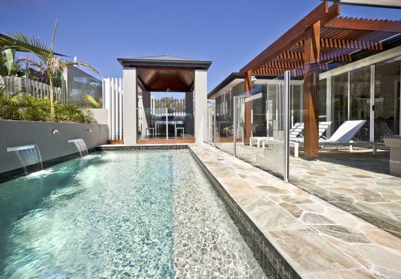 Piscinas de cristal nadar en un tejado piscina com for Alberca cristal londres