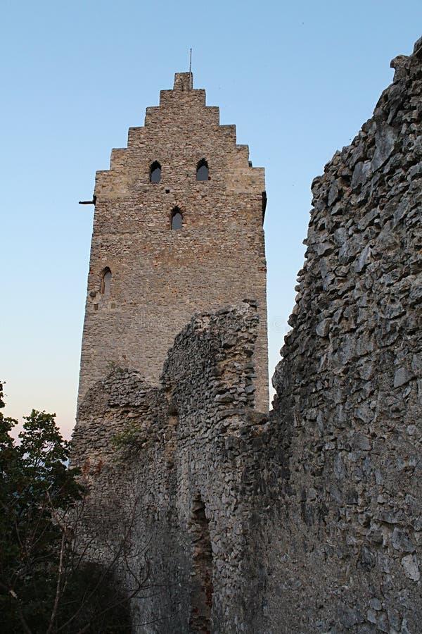 Lado occidental de la torre gótica temprana restaurada del refugio del castillo Topolcany, Eslovaquia fotografía de archivo libre de regalías