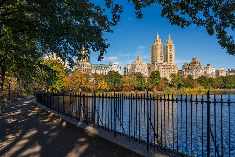 Lado oeste e reservatório superiores do Central Park, folhagem de outono manhattan foto de stock royalty free