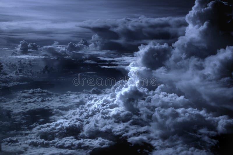 Lado positivo en las nubes fotos de archivo