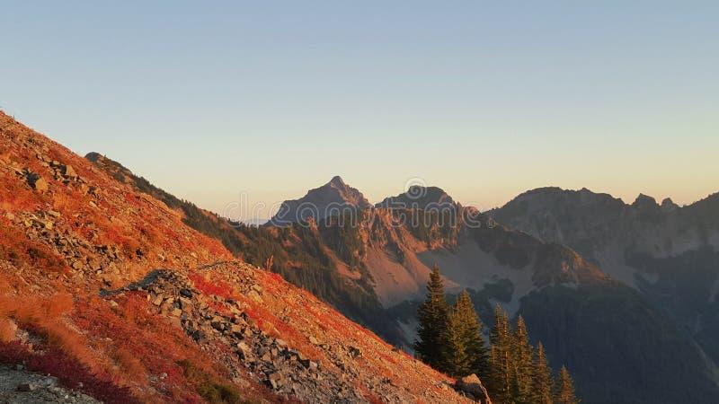 Lado rojo de las montañas en la puesta del sol imágenes de archivo libres de regalías
