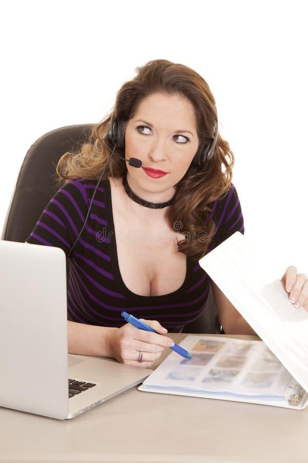 Lado roxo do olhar dos auriculares do computador da listra da mulher imagens de stock royalty free