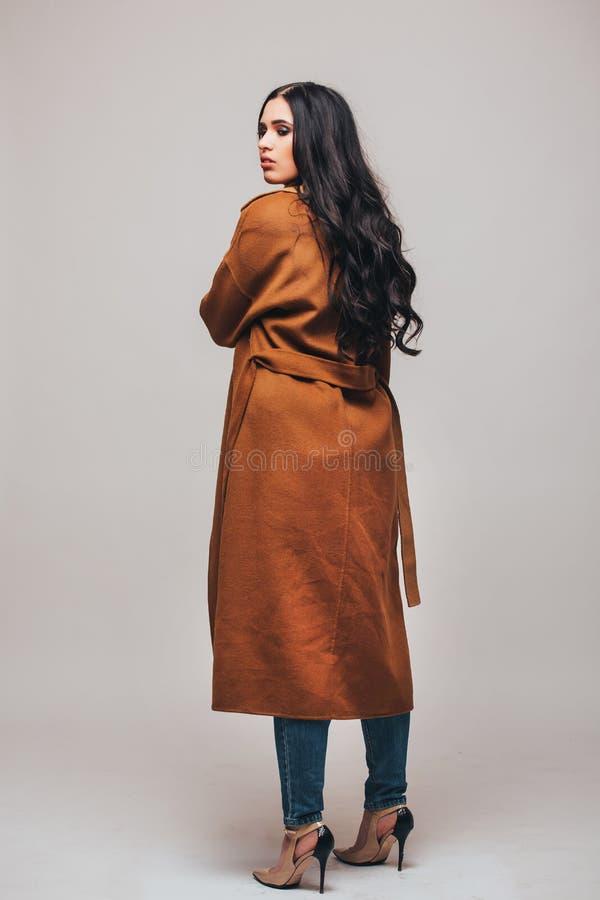 Lado trasero de la foto del estudio de la moda de la mujer sensual magnífica foto de archivo libre de regalías