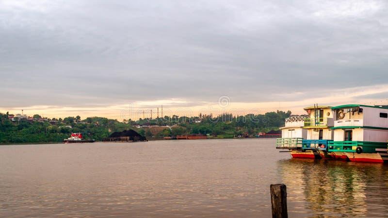 Lado trasero del barco de madera en el río de Mahakam, Samarinda, Indonesia foto de archivo