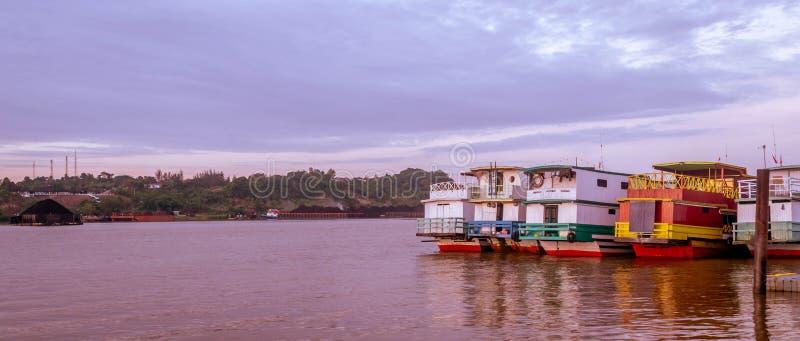 Lado trasero del barco de madera en el río de Mahakam, Samarinda, Indonesia fotos de archivo libres de regalías