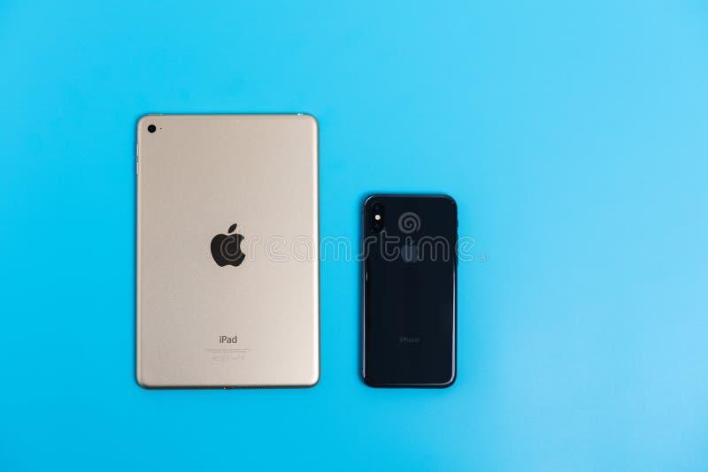Lado trasero del iPhone X y del iPad mini IV foto de archivo libre de regalías