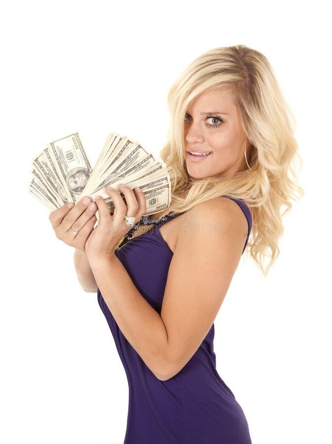 Lado ventilado roxo do dinheiro da mulher imagens de stock royalty free