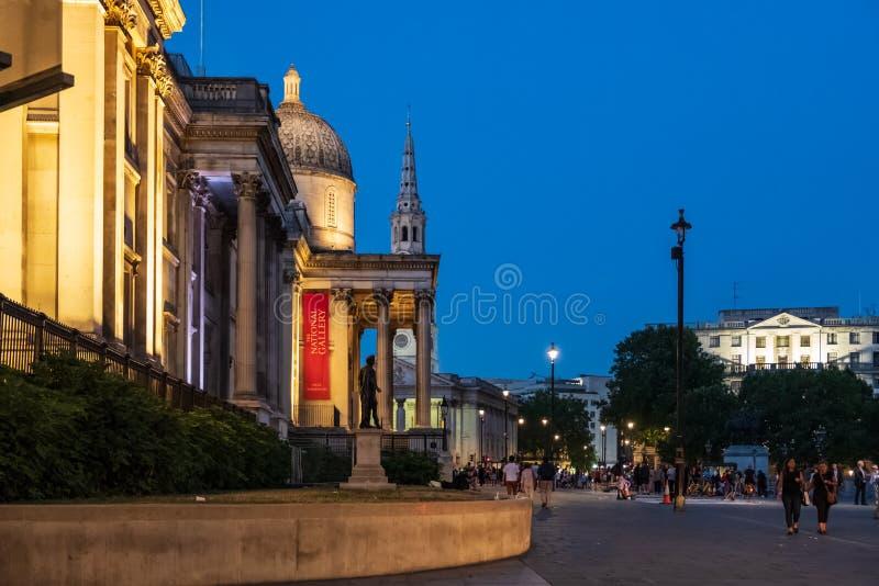Lado-vista do National Gallery em Trafalgar Square, L da noite fotos de stock