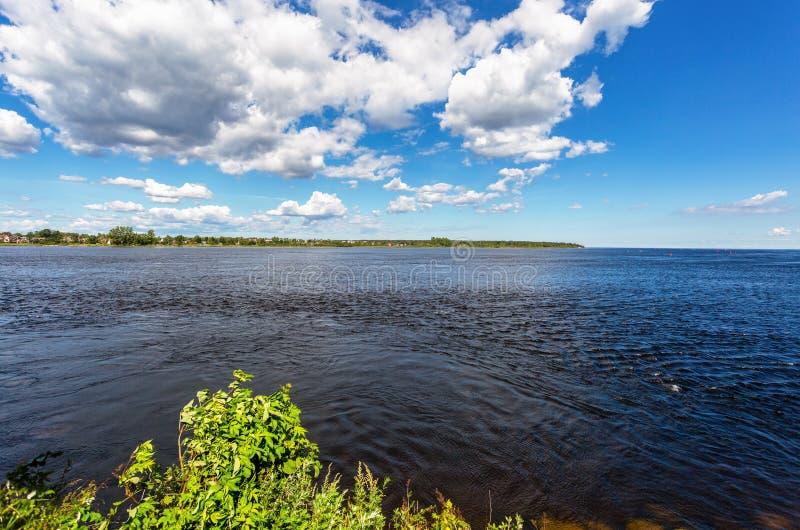 Ladoga湖的看法在晴朗的夏日 库存图片