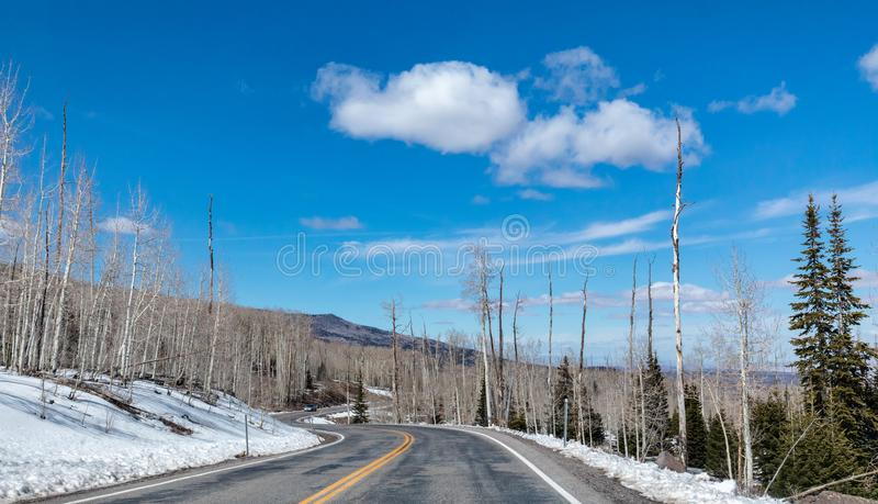 Lados nevados del camino a lo largo de un camino Curvy en el sudoeste Utah imagenes de archivo