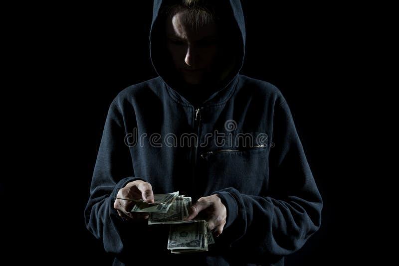 Ladrão Counting o dinheiro fotos de stock royalty free