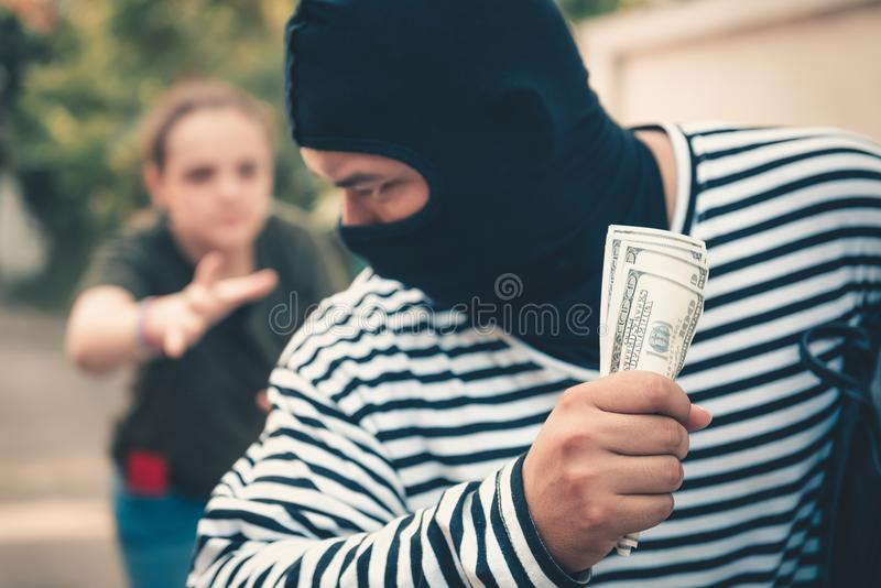 Ladrão da rua que rouba o dinheiro da mulher do turista, ladrão, ladrão co foto de stock royalty free
