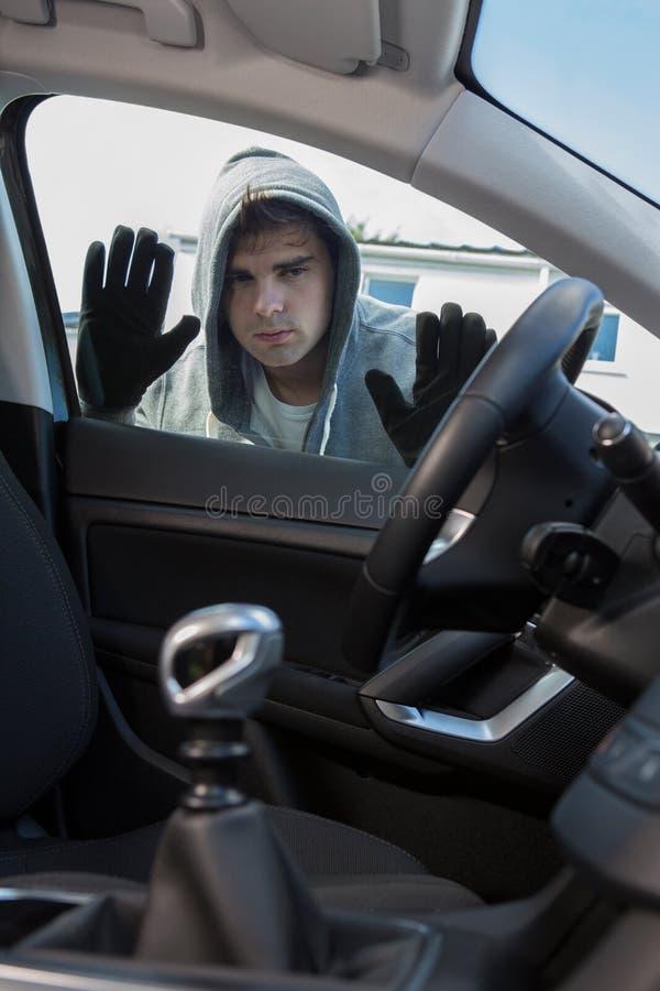 Ladrão de carro Looking Through Window do veículo imagens de stock royalty free