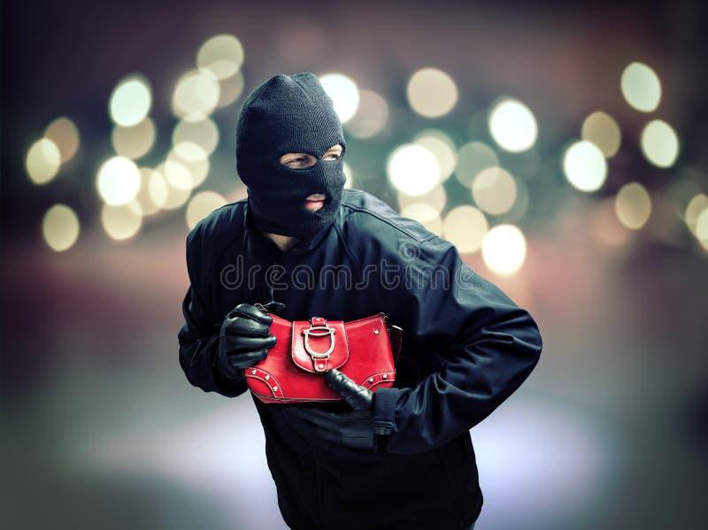 Ladrão que rouba a bolsa da mulher fotografia de stock royalty free