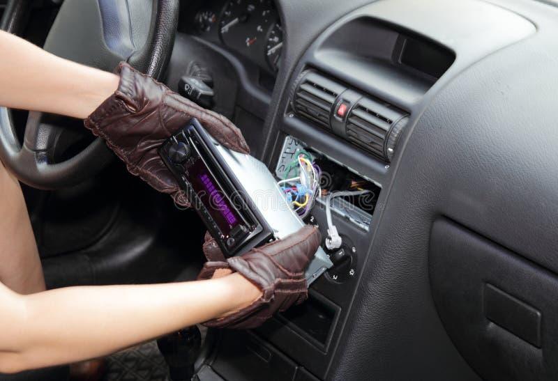 Ladrão que rouba um rádio de carro imagens de stock