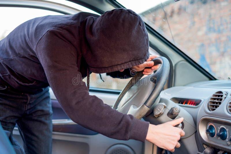 Ladrão que tenta escolher o fechamento do carro estacionado fotografia de stock royalty free