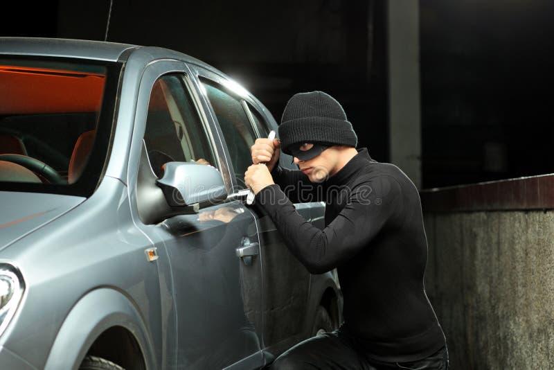 Ladrão que tenta roubar um automóvel imagens de stock royalty free