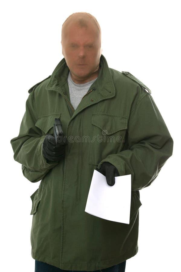 Ladrón armado con la nota.