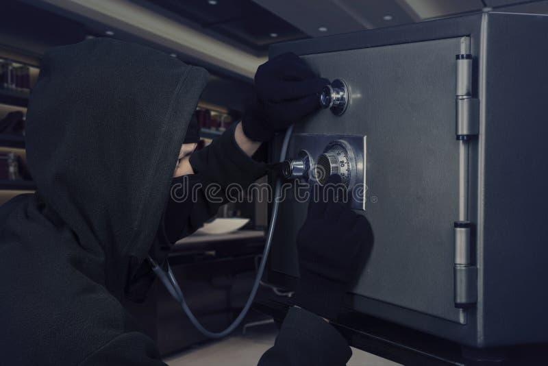 Ladrón con la cámara acorazada de banco y el estetoscopio imágenes de archivo libres de regalías