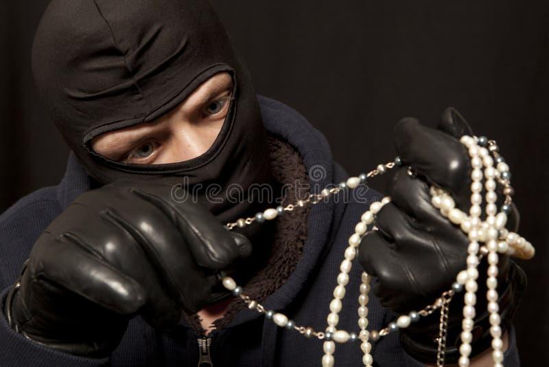 Ladrón con un collar de la perla foto de archivo libre de regalías