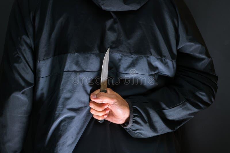 Ladrón con un cuchillo - persona de la calle del asesino con abou del cuchillo afilado foto de archivo libre de regalías