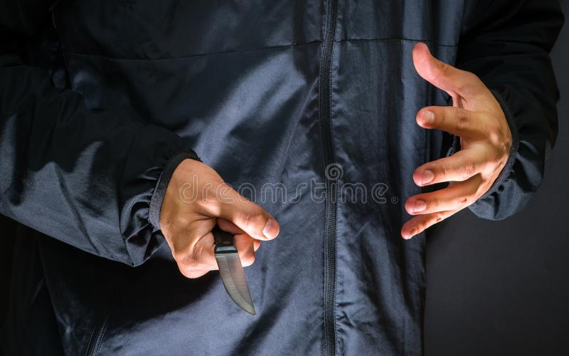 Ladrón con un cuchillo - persona de la calle del asesino con abou del cuchillo afilado fotos de archivo libres de regalías