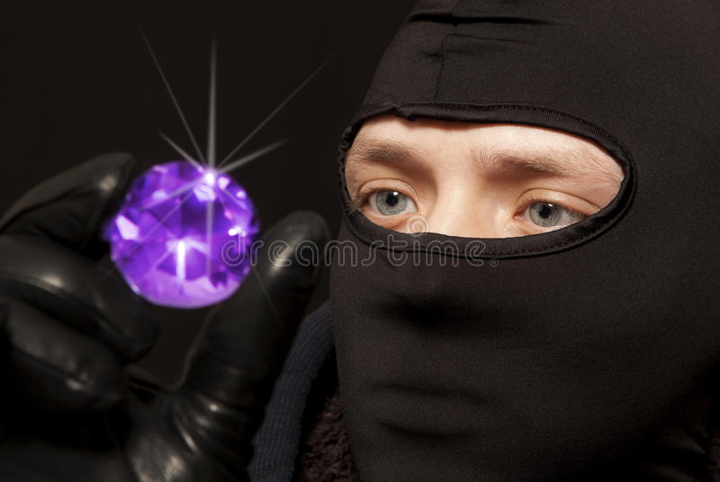 Ladrón con una esmeralda grande imágenes de archivo libres de regalías