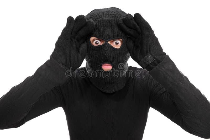 Ladrón de sexo masculino que mira a través de una ventana imaginaria fotografía de archivo libre de regalías