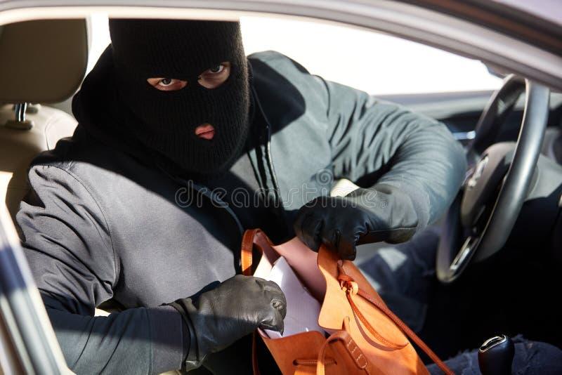 Ladrón en el coche quebrado-para arriba en la ganga del monedero fotos de archivo libres de regalías