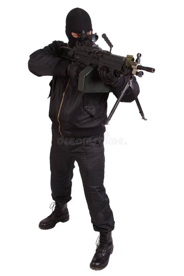 Ladrón en uniforme del negro y máscara con la ametralladora fotos de archivo