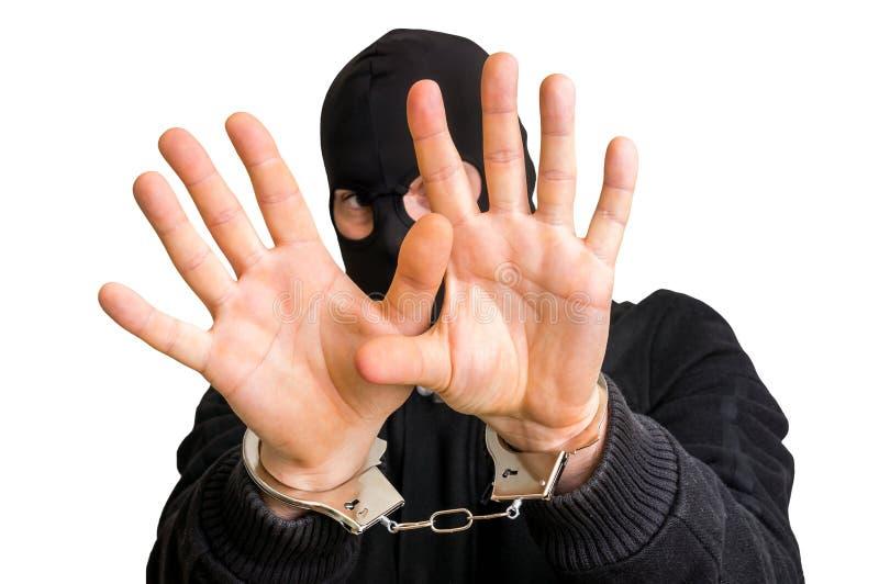 Ladrón enmascarado en las esposas aisladas en el fondo blanco fotografía de archivo libre de regalías