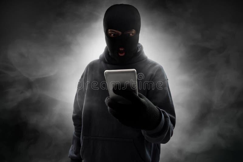 Ladrón enmascarado enojado en fondo del humo fotografía de archivo