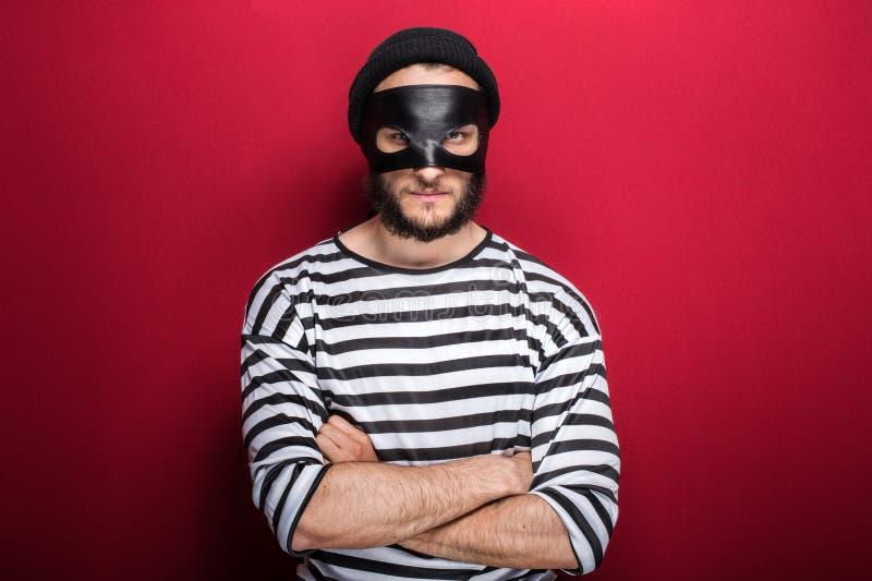 Ladrón enojado con la máscara fotos de archivo libres de regalías