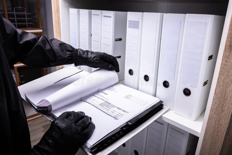 Ladr?n Holding Invoice Folder imagen de archivo libre de regalías