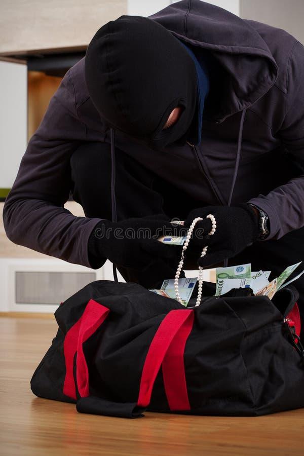 Ladrón que busca el bolso fotos de archivo libres de regalías